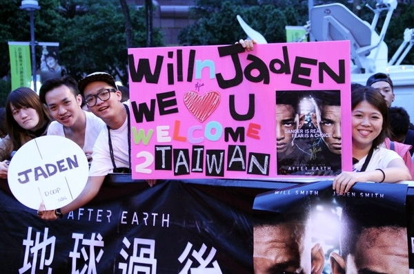 """Buổi ra mắt tới 7h tối mới diễn ra nhưng từ buổi trưa, nhiều fan của hai cha con Will Smith đã tới thảm đỏ từ rất sớm. Buổi ra mắt """"After Earth"""" diễn ra ngay ở con phố trung tâm Đài Bắc, gần sát với tòa tháp Taipei 101."""