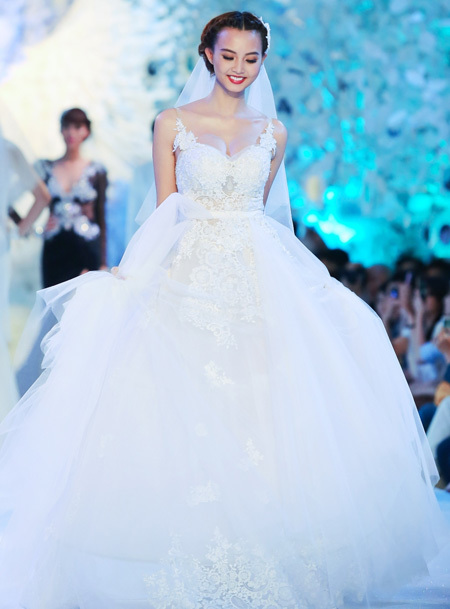 Kiểu váy cúp ngực cổ điển cho cô dâu có vòng 1 đầy đặn.