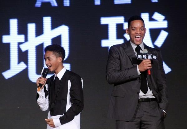 """Hai cha con nói """"Wo ai ni"""" (tôi yêu bạn) trên sân khấu. """"After Earth"""" là bộ phim thứ hai mà cả hai đóng chung, sẽ ra mắt tại Việt Nam từ ngày 4/6."""