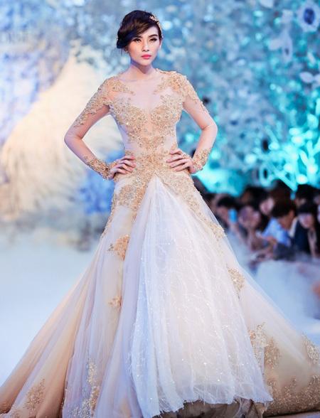 Siêu mẫu Hoàng Yến trong mẫu váy chủ đạo của bộ sưu tập.