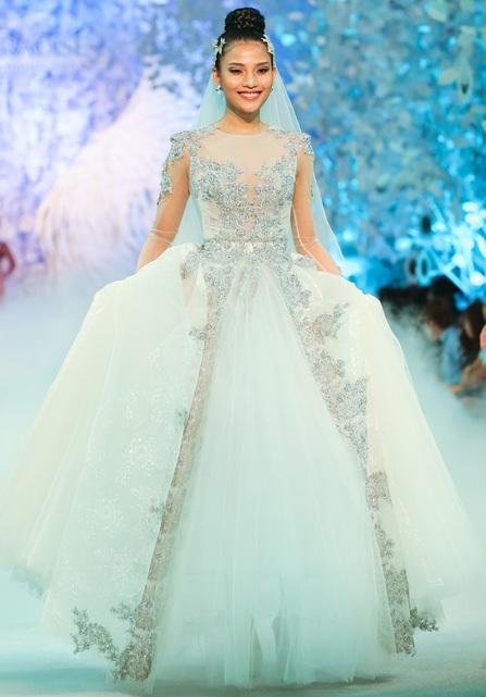 Các cô dâu vẫn chuộng sắc trắng tinh khôi có thể chọn chiếc váy thiết kế layer với những họa tiết ánh kim nổi bật.