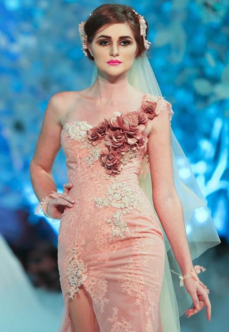 Màu hồng nhạt làm tôn lên nước da trắng ngần của cô dâu trong ngày cưới.