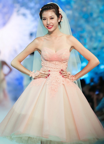 Chất liệu ren nổi không chỉ được dùng để trang trí thân váy mà còn sử dụng làm găng tay