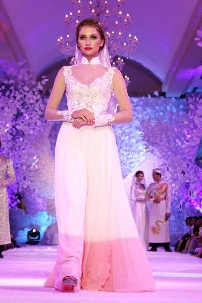 Khi lựa áo dài, các cô dâu nên chọn những chiếc áo có số đo vừa vặn cơ thể để làm tôn lên đường cong đẹp tự nhiên. Tránh chọn áo chật sẽ bất tiện khi bạn cử động cánh tay.