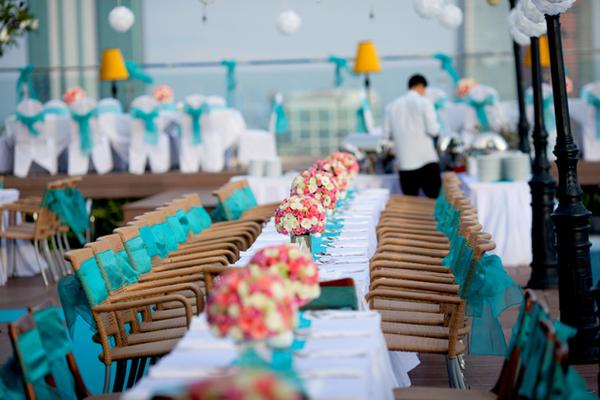 Hoa trên bàn tiệc đều do nhà hàng thiết kế vừa lựa chọn phù hợp với không khí tiệc cưới.