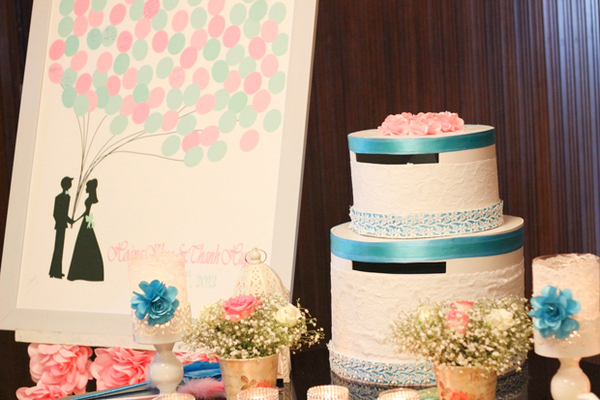 Hộp tiền mừng được trang trí với hai màu xanh ngọc và hồng.