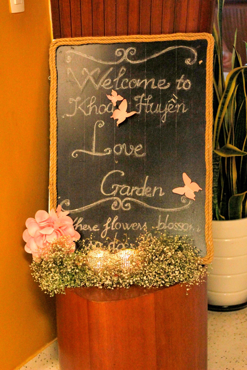 Chủ đề của tiệc là mộc, nên có nhiều phụ kiện cưới thô mộc như hình ảnh chiếc dây thừng, gỗ, bảng...