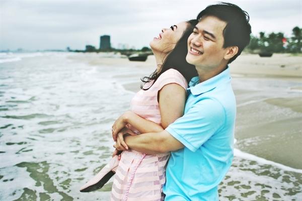 """Trong bộ ảnh """"Bi và Bê"""", đôi uyên ương hạnh phúc bên nhau trên không gian bãi biển Đà Nẵng."""