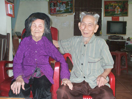 Cụ Viễn và cụ Hai dù đã trên 100 tuổi nhưng hai cụ vẫn không ngại dành cho nhau những cử chỉ âu yếm.