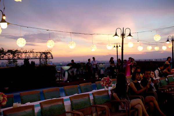 Từ tầng 22, nhà hàng là địa điểm hoàn hảo để ngắm hoàng hôn giữa lòng thành phố.