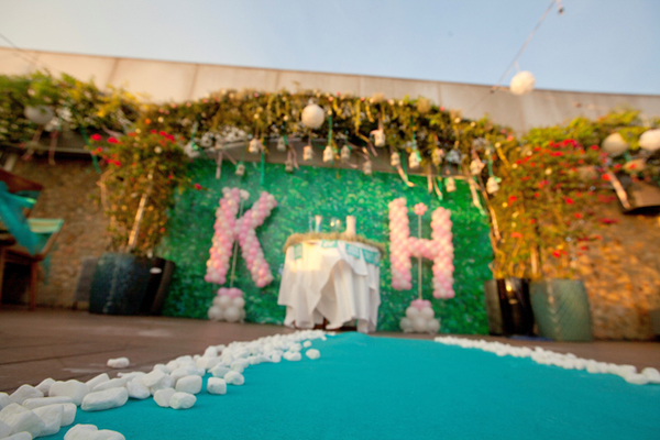 Khu vực làm lễ của đôi uyên ương được trang trí với cổng hoa cao xinh xắn.