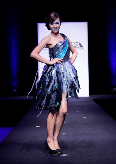 Châu Chấn Hưng thừa nhận mình đang gặp phải một thử thách không phải sở trường, tuy nhiên, việc cắt nhỏ những mảnh nhựa nhiều màu sắc để trang trí lên phần thân váy cũng tạo cảm giác dễ chịu.