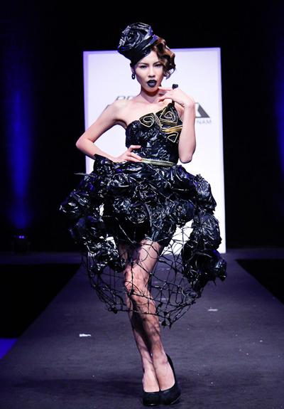 Vũ Tiến Mạnh sử dụng những dây kẽm tìm được để làm thành một chiếc váy có hình dáng chiếc lồng. Anh chàng còn khéo léo đính thêm những đóa hồng đen làm từ nilon phủ đầy bề mặt chiếc váy. Chiếc váy của anh tuy thiếu tính ứng dụng, nhưng lại hoàn toàn đáp ứng được các tiêu chí còn lại về độ thẩm mỹ, và hợp chủ đề.