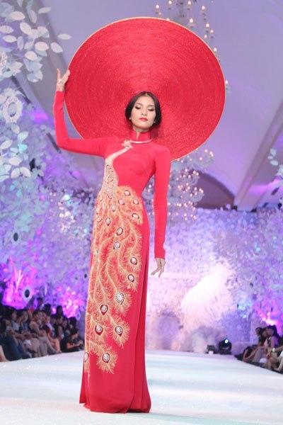 Khăn đóng (hay còn gọi là mấn, khăn xếp) là phụ kiện quen thuộc khi kết hợp với áo dài để tăng thêm sự trang trọng