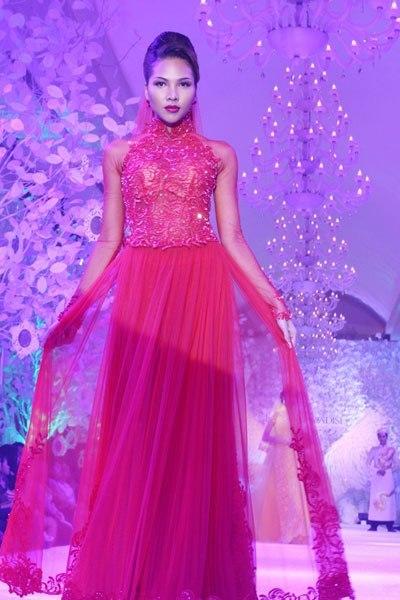 Buổi biểu diễn còn giới thiệu cho khán giả nhiều mẫu áo dài cách tân đẹp mắt.