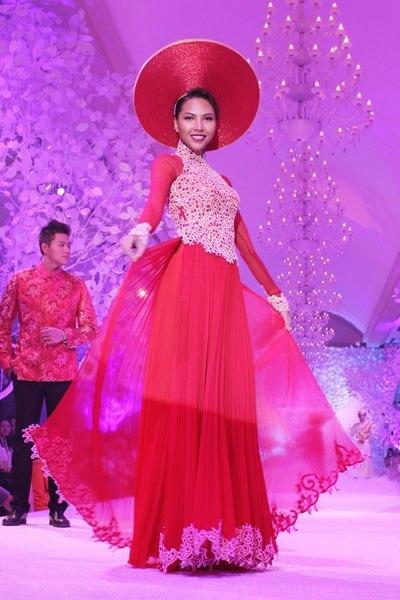 Sự đối lập giữa màu ren trắng với thân áo đỏ khiến các cô dâu trở nên nổi bật. Xu hướng năm nay, ren không chỉ được đáp vào phần thân trên của áo mà còn được sử dụng để trang trí viền áo rất sang trọng.