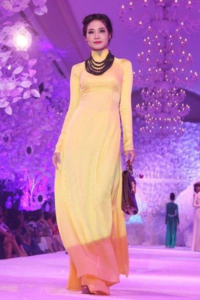 Với những cô dâu yêu phong cách cổ điển, có thể chọn áo dài lụa một màu, may cổ cao truyền thống và kết hợp với những chuỗi ngọc trai