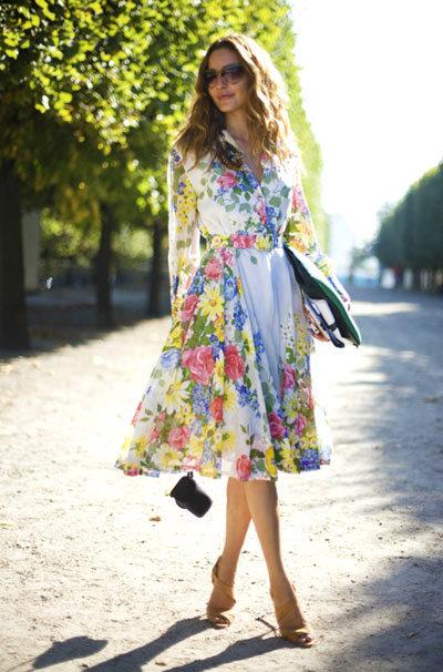 Váy nên dài qua gối để đỡ lộ chân cong.
