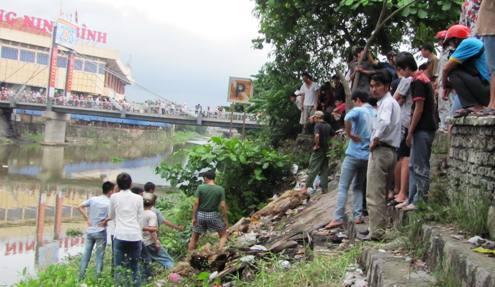 Bờ sông Vân, trước cổng nhà văn hóa Ninh Bình nơi phát hiện xác nạn nhân. Ảnh: Lê Hoàng