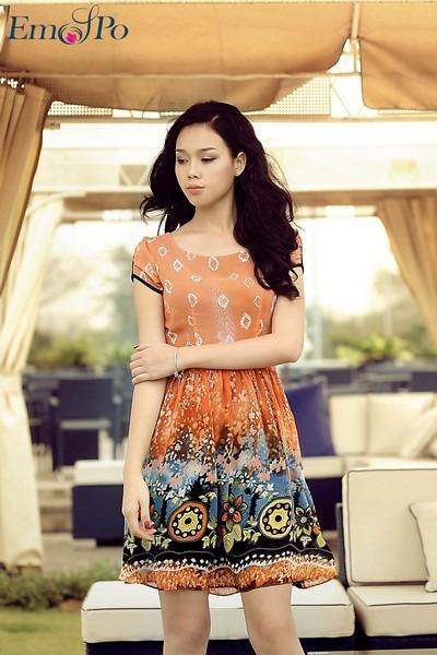 Với màu sắc nổi bật, tươi tắn& kiểu dáng đầm xòe rất thích hợp cùng bạn gái tung tăng trong những ngày nghỉ hè sắp tới hay những buổi dạo phố cùng bạn bè.