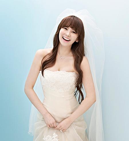 Kim Ji Woo khoác áo tân nương trên tạp chí Instyle Wedding số tháng 5