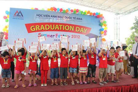 Vinh danh tốt nghiệp với khả năng tiếng Anh vượt trội và trở thành niềm tự hào của bố mẹ.
