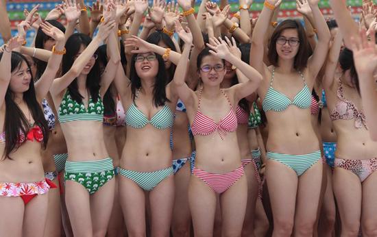 Các cô gái tỏ ra rất thích thú với lễ hội này.
