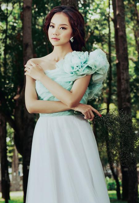 Kết hợp phần thân áo màu xanh bạc hà với chân váy trắng là cách