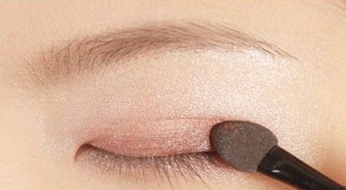 Cuối cùng, tạo khối chữ V ở đuôi mắt bằng phấn màu nâu, tạo cảm giác đôi mắt sâu hơn.