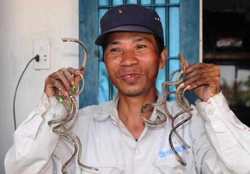 Những móng tay dài được ông Lưu Công Huyền nuôi dưỡng 33 năm nay.