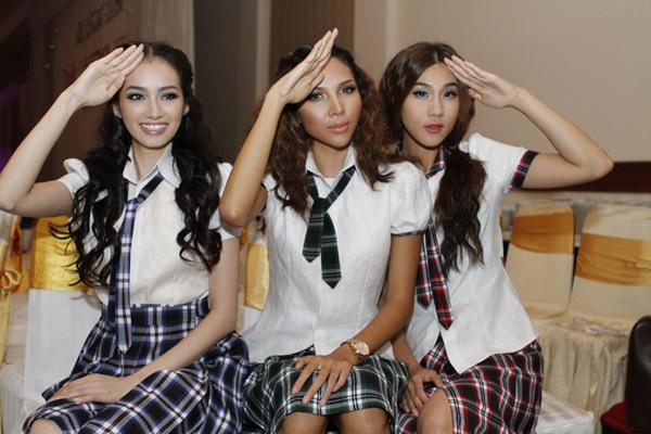 Mặc đồng phục học sinh, 3 chân dài tạo dáng như những nữ sinh thực thụ.