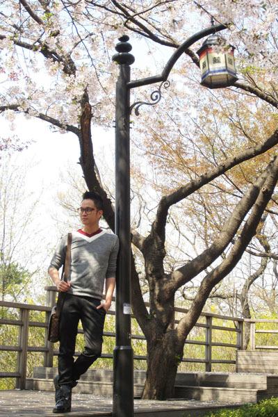 Nhật Tinh Anh luôn 'tranh thủ' làm mẫu ảnh ở những nơi anh đặt chân đến.