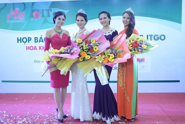 Ngọc Hân, Trần Thị Quỳnh chụp hình lưu niệm cùng 2 vị giám khảo khác của cuộc thi.