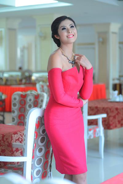Ngọc Hân rạng ngời trong bộ đầm hồng bó sát