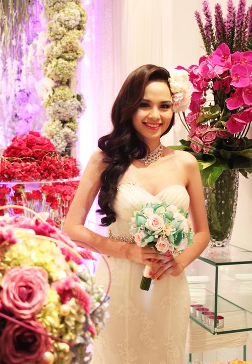 Hoa hậu Diễm Hương hóa thân thành cô dâu với bó hoa cầm tay màu sắc lạ.