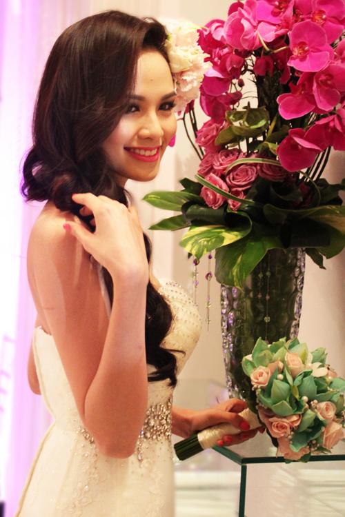 Hoa được kết hợp từ hoa hồng và hoa lan xanh.