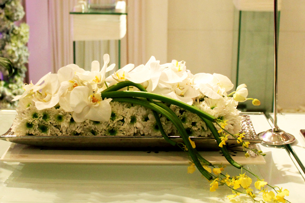 Những khay hoa dịu dàng, vươn dài phù hợp nhất với bàn tiệc dài.