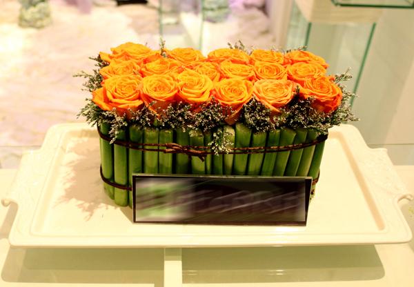 Bình hoa thấp tuy không tạo ra sự lung linh, choáng ngợp nhưng lại mang đến nét đáng yêu, xinh xắn.