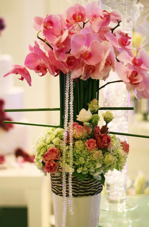 Với bình hoa cao, chuyên gia thiết kế đã kết hợp với dải pha lê để làm tăng thêm vẻ lung linh.