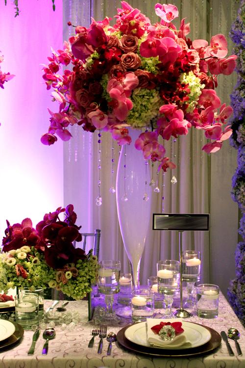 Hoa kết hợp cùng bình nến và pha lê luôn tạo ra cảm giác lộng lẫy.