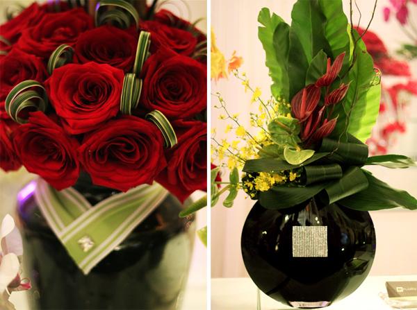 Hoa hồng đỏ kết hợp với bình thủy tinh đen sang trọng.