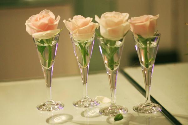 Đôi khi chỉ cần một bông hoa đơn giản cũng làm toát lên vẻ đẹp tinh tế của đám cưới.