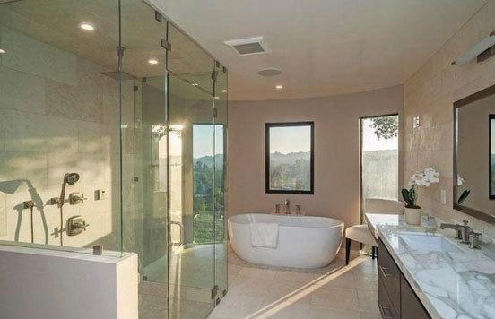 Phòng tắm rộng rãi, được thiết kế mở giống một không gian thư giãn lý tưởng.