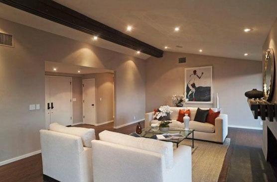 Phòng khách sang trọng với tông màu trắng.