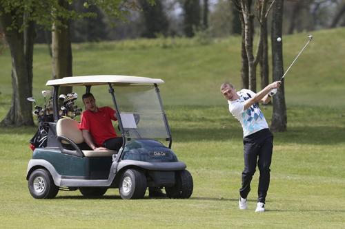 Chân sút đang dẫn đầu danh sách Vua phá lưới giải ngoại hạng ngồi trong xe chăm chú theo dõi đồng đội Vidic đánh golf.