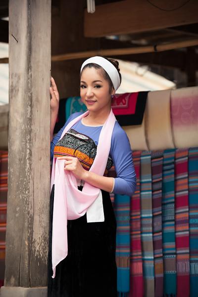 Bộ ảnh được thực hiện với sự hỗ trợ của đạo diễn hình ảnh Bảo Lộc, chuyên gia làm tóc Lam Nguyễn và make-up, trang phục của nhà thiết kế Việt Hùng.