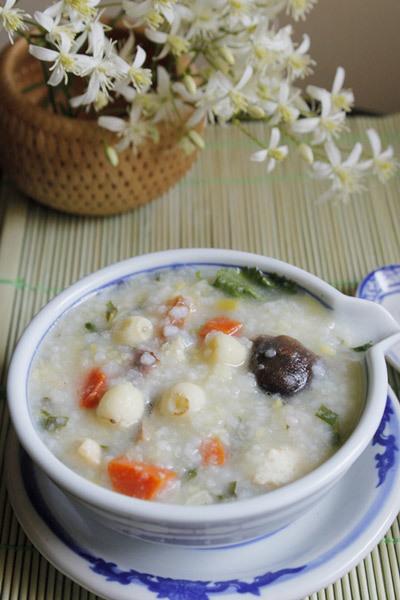 Bát cháo nóng hổi với vị ngọt thơm của hạt sen bùi bùi, thêm mùi thơm của nấm hương và đậu phụ rán, điểm thêm hạt gạo mềm và béo béo của đỗ xanh.