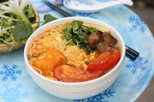 Tô bún thơm, nước dùng ngọt từ củ quả và phần riêu làm bằng đậu phụ, được dùng kèm với các loại rau ăn thanh mát.