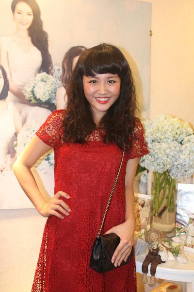 Tối 9/5, Văn Mai Hương đến dự buổi khai trương studio áo cưới mới của chuyên gia trang điểm Tín Nguyễn tại đường Huỳnh Văn Bánh, TP HCM. Nữ ca sĩ diện bộ váy ren màu đỏ nổi bật.