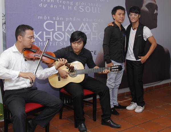 Lâm Vinh Hải chụp ảnh cùng nhạc sĩ trẻ Cao Long - tác giả ca khúc 'Cha mẹ không cho'.